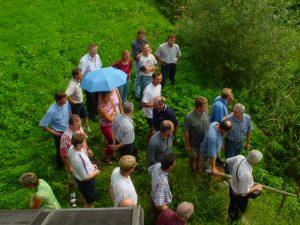 Kürnbergerinnen und Kürnberger bei der Besichtigung einer kleinen Anlage in der Steiermark